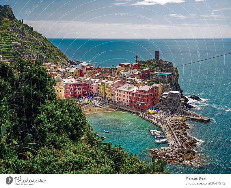 Stadt Vernazza in den Cinque Terre, Italien, mit ligurischem Meer und Horizont im Hintergrund Sommer bunt farbenfroh Farben MEER Wasser mediterran