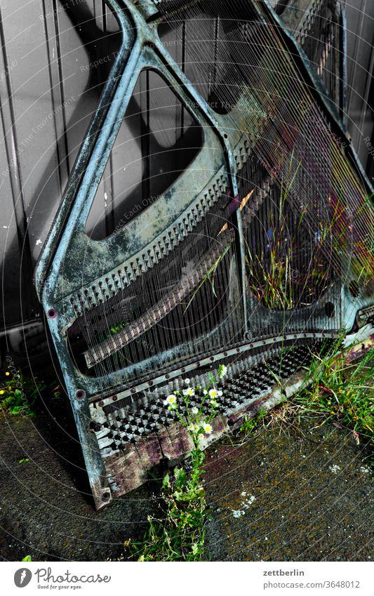 Schrottklavier piano pianoforte rahmen musik instrument musikinstrument defekt kaputt zerstört saite saiten gespannt stimmung verstimmt schrott metall eisen