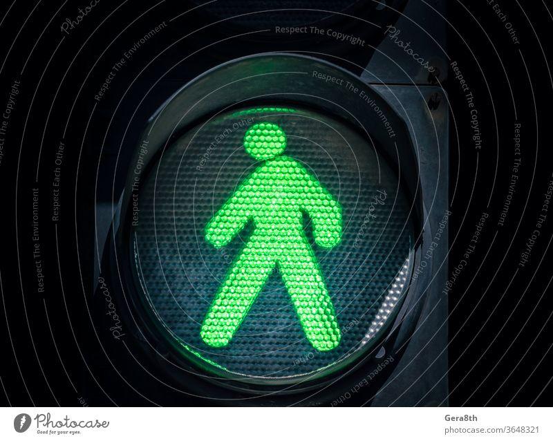 Ampel mit einem grünen Mann auf schwarzem Hintergrund Leuchtdiode abstrakt zugeben erlauben autorisieren blau Großstadt abschließen Farbe Zustimmung