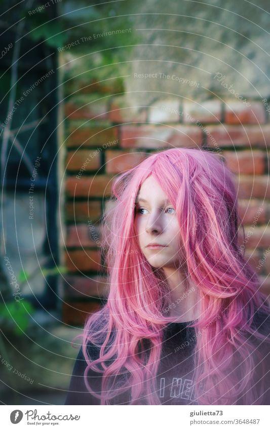 Porträt eines Teenager Mädchens mit langen rosa Haaren Schatten Licht Tag Außenaufnahme Farbfoto Pubertät Gefühle langhaarig 13-18 Jahre Haare & Frisuren