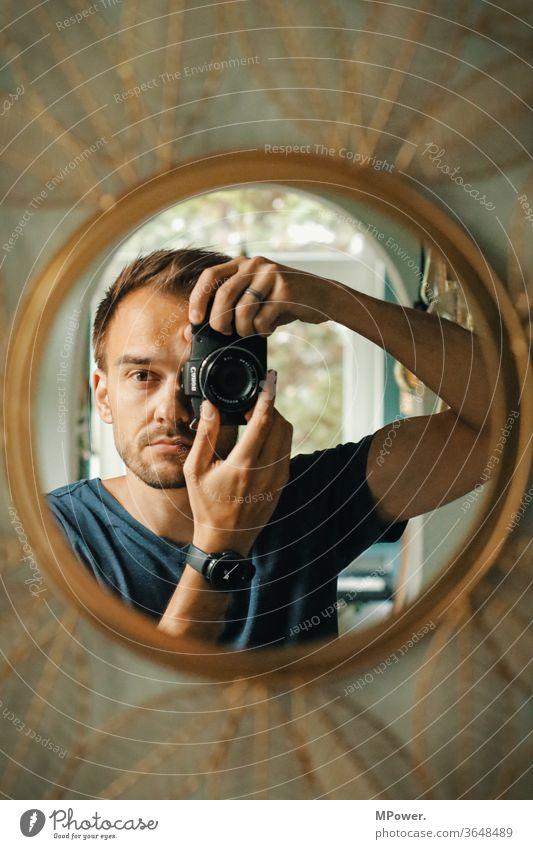spiegelbild im spiegel mit spiegelloser Mann selfie kamera Fotografieren Spiegel Mensch Spiegelbild Innenaufnahme Reflexion & Spiegelung Blick in die Kamera