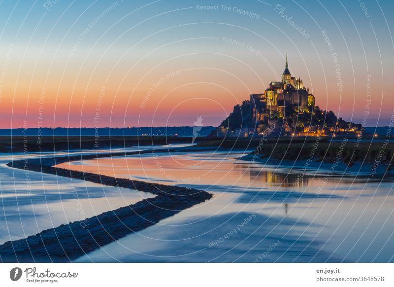 Le Mont-Saint-Michel zur blauen Stunde Frankreich Insel Mont-Saint-Michel Sehenswürdigkeit Normandie Kloster Klosterberg Kirche blaue Stunde