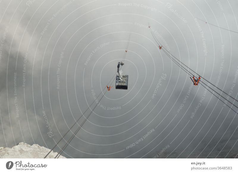 Seilbahn fährt durch Nebel und tief hängende Wolken hindurch Gondellift Seile Berge Gebirge ungewiss Reise Tourismus Berge u. Gebirge Alpen Menschenleer Tiefe