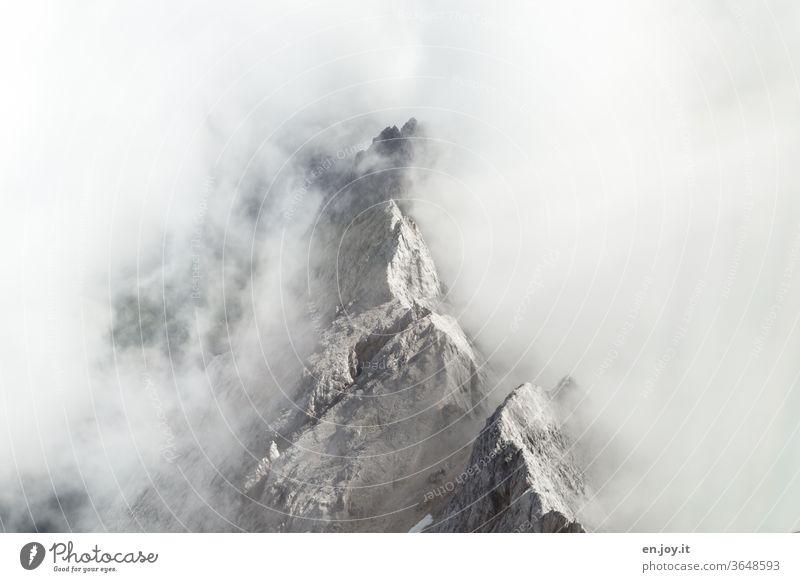 Bergspitze die aus den Wolken herausragt herausragen durchbrechen eingehüllt einhüllen Gebirge Berge u. Gebirge Alpen Felsen Gipfel Kante