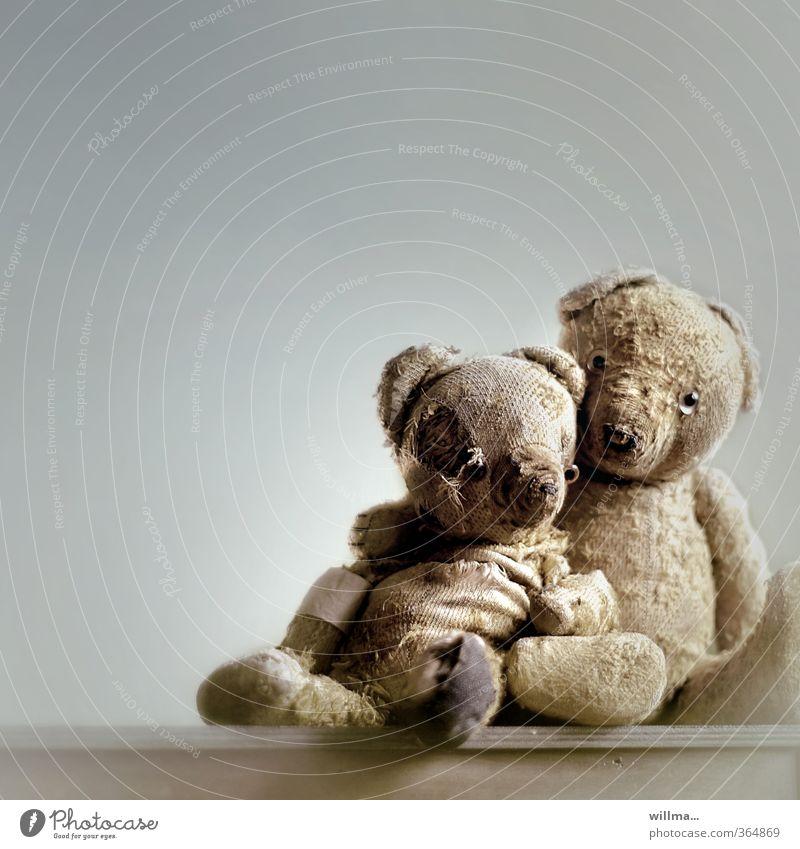 gemeinsam alt werden alt gelb Senior grau Freundschaft Zusammensein Kindheit Kraft sitzen kaputt Hilfsbereitschaft Vergänglichkeit Schutz historisch Zusammenhalt Vergangenheit