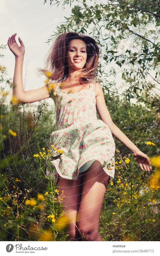 Glückliches Mädchen. Blondhaarige Frau, die im Sommer ekstatisch glücklich im hohen Gras tanzt Beine Tanzen Teil von Körper Kleid springen aktiv jung Schönheit