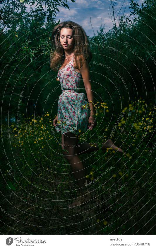 Mysteriöses Mädchen rennt in der Nacht auf dem Sommerfeld aus hohem Gras blond frei rennen Freiheit Wind Junge Frau Kleid Schnappschuss schön Feld Fliege Mode