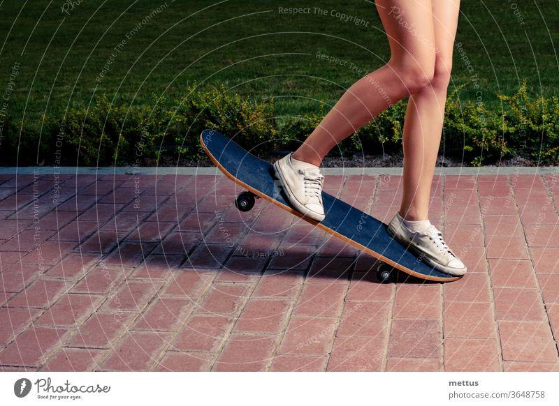 Junge Frauen machen einen Trick auf dem Skateboard Mädchen Spaß jung Jugend Sport aktiv Skateboarding Skater Menschen Behaarung schön Schönheit lässig Glück