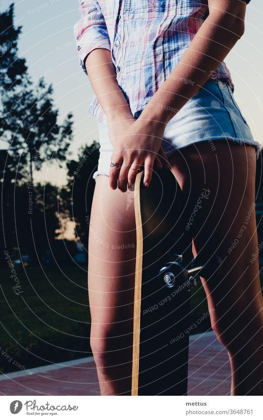 Niedrigwinkel-Nahaufnahme von Mädchenbeinen mit Skateboard Spaß Frau jung Jugend Sport aktiv Skateboarding Skater Menschen Behaarung schön Schönheit lässig