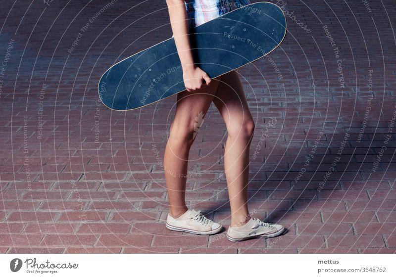 Seitenansicht von jungen Frauen mit Skateboard Mädchen Spaß Jugend Sport aktiv Skateboarding Skater Menschen Behaarung schön Schönheit lässig Glück hübsch eine
