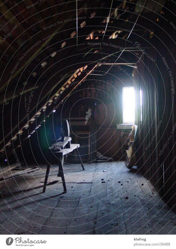 Nachtschicht wooden Fachwerkfassade Dachboden Hocker Fenster Lichteinfall Holz Holzmehl dunkel hell Bauernhof Handwerk urig Werkstatt Stimmung Schichtarbeit