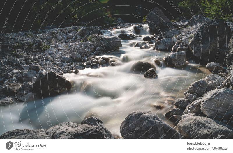 Bewegung verwischte kleine Wasserfälle eines klaren frischen Bergflusses in der alpinen Landschaft, Mieming, Tirol, Österreich Fluss Berge u. Gebirge Felsen