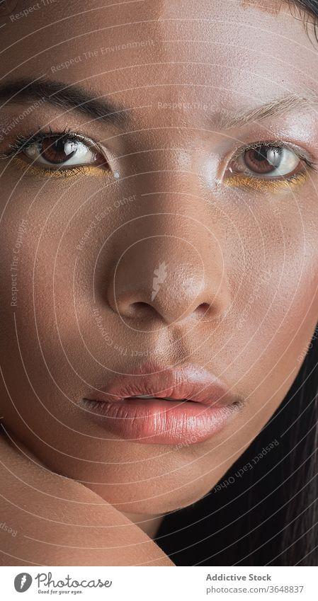 Ethnisches Modell mit Vitiligo, das zu Hause an der Wand steht Haut Voraussetzung emotionslos Krankheit sinnlich Schönheit verführerisch Frau Harmonie feminin