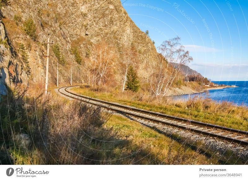 Herbst auf der Circum-Baikal-Eisenbahn See Baikalsee Zug Sibirien Asien Birke Cloud Zirkum-Baikal Himmel Küste Küstenlinie Konstruktion Tag Östlich Maschinenbau