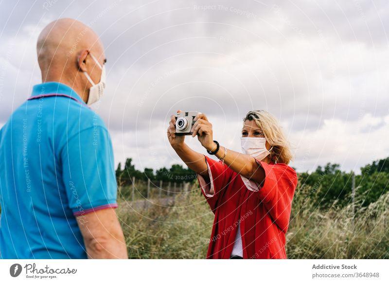 Frau fotografiert Ehemann in der Natur Paar fotografieren Fotoapparat Mundschutz Sommer Inhalt Bund 19 Moment Fotografie Hobby Zusammensein Gedächtnis einfangen