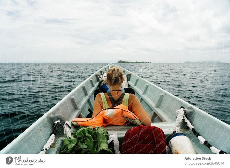 Reisende Frau auf einem Boot auf See Reisender MEER Fernweh Schwimmer Urlaub reisen Windstille Sommer Gefäße Wasser ruhig sich[Akk] entspannen Ausflug