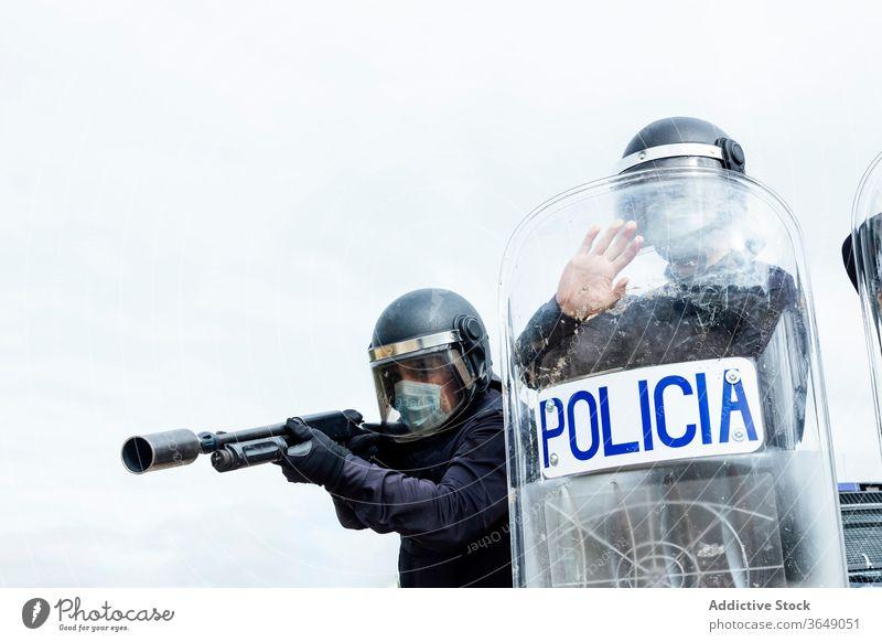 Berufspolizisten in Schutzkleidung bei gefährlichem Einsatz Männer Polizei zerquetschen Operation behüten kämpfen Anschlag Gewehr Schutzschild Ausrüstung Gerät