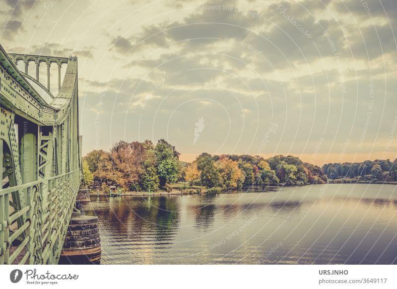 Früh am Morgen an der herbstlichen Havel | Tiefer See und ein Ausschnitt der Glienicker Brücke Fluss ruhig Landschaft Wasser Natur menschenleer Stille still