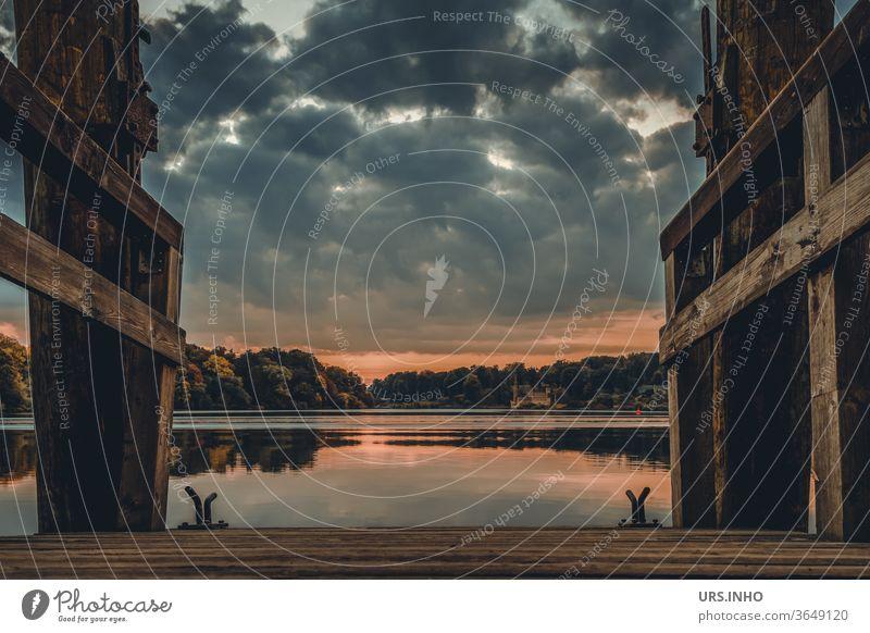 Steg an der Havel bei Sonnenaufgang und bewölktem Himmel | Tiefer See Brandenburg Anlegestelle Wasser ruhig still Seeufer wolkig blaue Stunde Landschaft