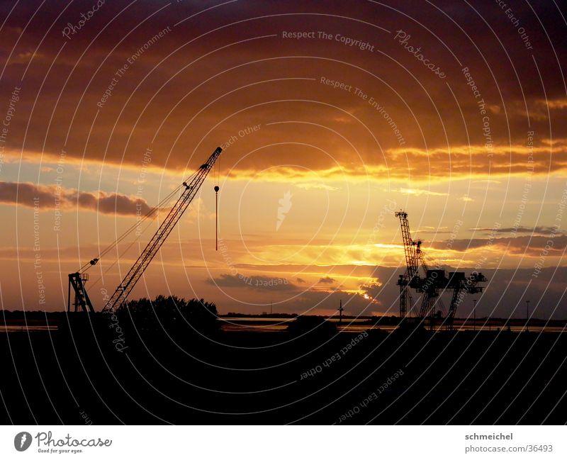 Hafen am Abend Wolken Kran Meer Bremerhaven Industrie Abenddämmerung Ferne Himmel
