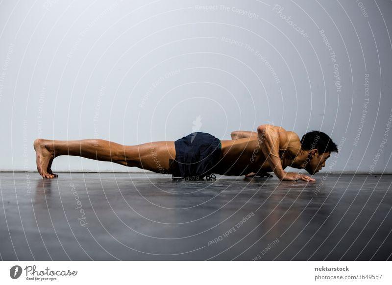 Fitness-Modell im Liegestütz-Profil Nam Vo männlich asiatisch muskulös Muskeln Stärke Sport sportlich Studioaufnahme menschlicher Körper Physis Torso Mann