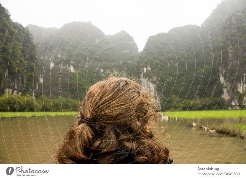Blick in die Berge bei Ninh Binh, Vietnam Frau Haare Frisur Landschaft Hinterkopf schauen Zopf Haare & Frisuren braun brünett grün Natur Fluss Boot fahren