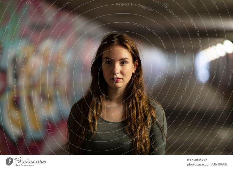 Porträt einer jungen Frau im Tunnel stehend eine Person Mädchen abschließen selbstbewusst Junge Frau Unterführung Selektiver Fokus Kopfschuss