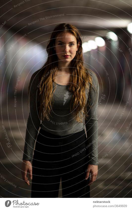 Dreiviertelporträt einer jungen Frau, die in einer Unterführung steht Porträt eine Person Mädchen selbstbewusst Junge Frau Selektiver Fokus Dreiviertellänge