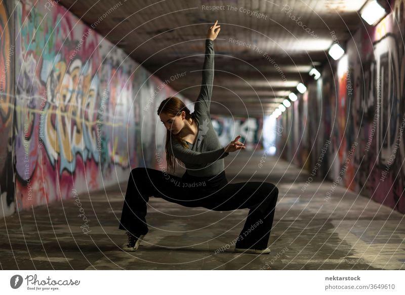 Moderne Tänzerin posiert im Stadttunnel Tanzen Mädchen Junge Frau darstellende Kunst Balletttänzer Ausdruckstänzer Zeitgenössischer Tanz Tanzpose Tanzbewegungen