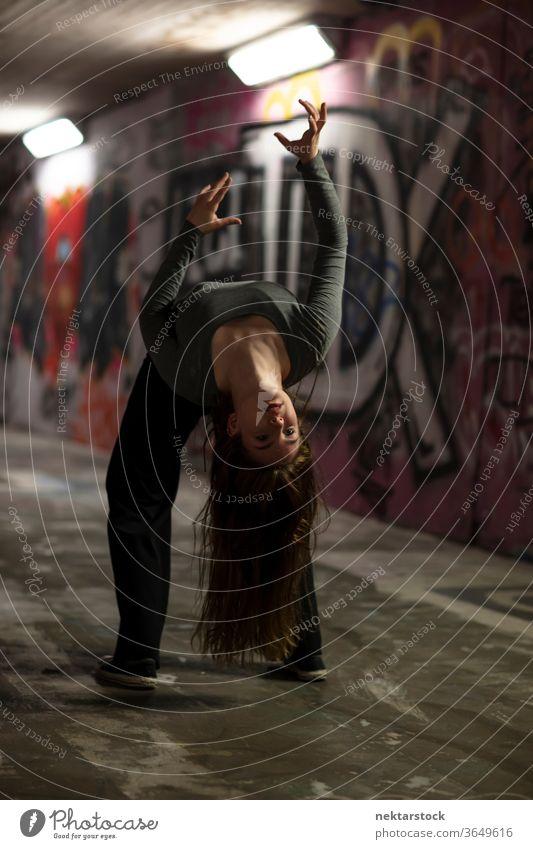 Tänzerin in Bewegung tanzt in einer städtischen Unterführung Tanzen Mädchen Junge Frau darstellende Kunst Balletttänzer Ausdruckstänzer Zeitgenössischer Tanz