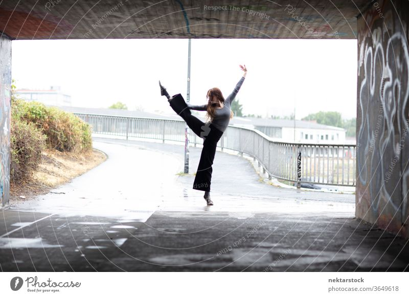 Ein Bein hält Ballett vor dem Eingang der Stadtunterführung Balletttänzer stehen Tänzer Tanzen Frau ein Beingriff eine Person Mädchen Stollen Unterführung