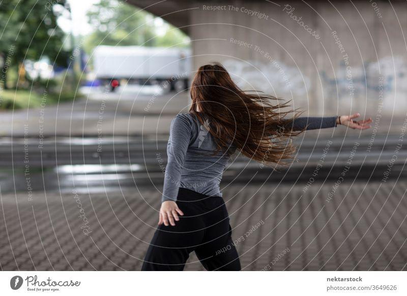 Rückansicht einer weiblichen Straßentänzerin in Bewegung Tänzer Tanzen Frau eine Person Mädchen Junge Frau kaukasische Ethnizität Jugendkultur Ausdruckstänzer