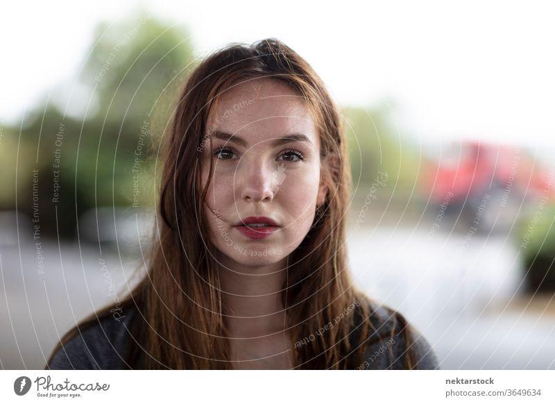 Porträt einer hübschen Frau, die in die Kamera schaut eine Person Mädchen Junge Frau Starrer Blick in die Kamera schauen kaukasische Ethnizität abschließen