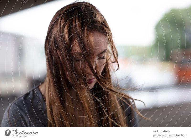 Porträt einer traurigen jungen Frau mit Blick nach unten eine Person Mädchen Junge Frau menschliches Gefühl deprimiert unglücklich herabsehend Kopfschuss