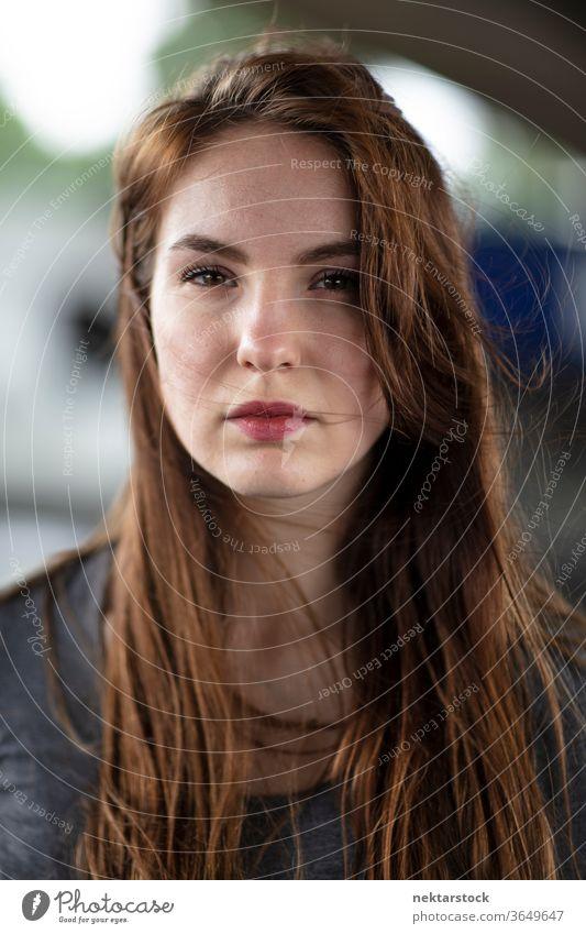 Mittleres Porträt einer hübschen, selbstbewusst aussehenden Frau Gesicht eine Person Mädchen in die Kamera schauen Junge Frau zusammenstellen Lippenstift