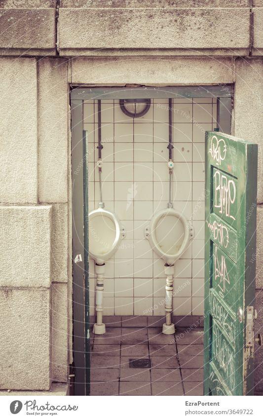 öffentliche Herrentoilette, aktuell frei und kostenlos Toilette Pissoir urinieren Fliesen u. Kacheln weiß Sauberkeit Ausscheidungen dreckig Öffentliche Toilette