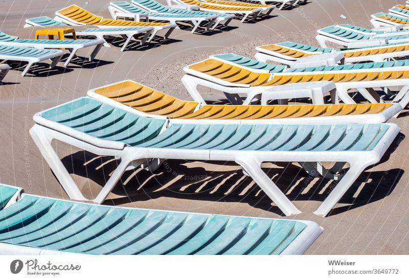 Leere Liegestühle am Strand Klappliegen Klappstühle Liegen leer frei Sand Meer Nordsee Ostsee Ferien & Urlaub & Reisen Tourismus Menschenleer Erholung