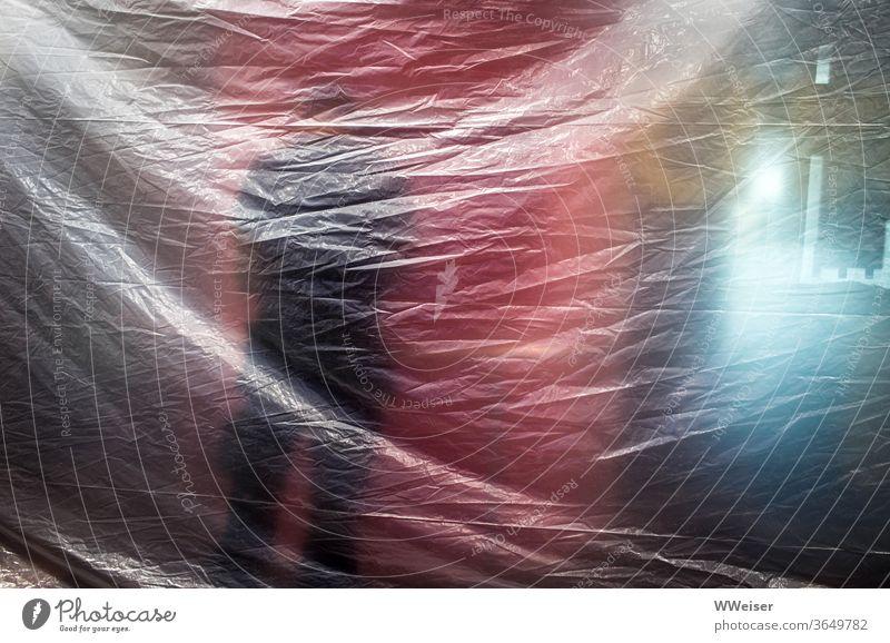 Ein Mensch arbeitet hinter einer Plane Baustelle Mann Automat verhüllt Licht Farben undeutlich unklar verborgen Silhouette Strukturen & Formen Bahnhof Arbeit
