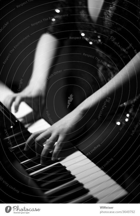 Im Glitzerkleid am Klavier Tasten Musik Piano Flügel Abendkleid glitzert junge Frau Konzert Musiker Musikinstrument musizieren Kunst Innenaufnahme Klassik Jazz