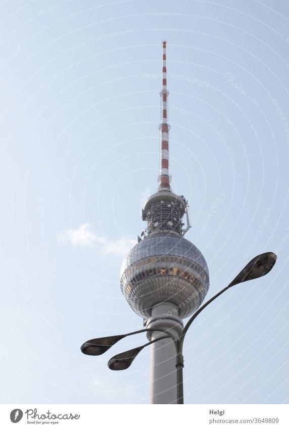 Halsschmuck - dreiarmige Lampe steht dekorativ vor dem Berliner Fernsehturm, der Himmel ist blau mit einem Wölkchen Straßenlaterne Wahrzeichen Turm Architektur