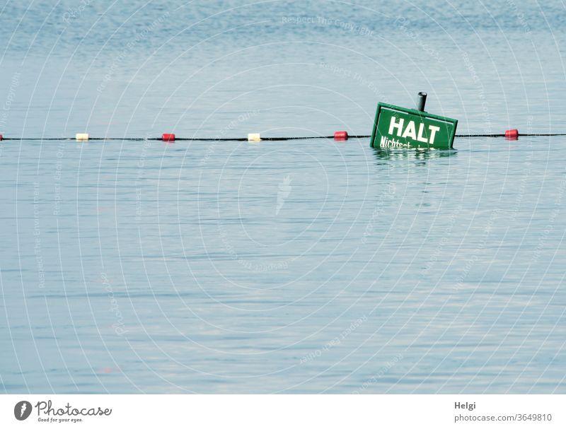 HALT - halb im Wasser versunkenes Warnschild mit Absperrseil am Ende eines Nichtschwimmerbereiches im See Absperrung Halt Warnung Vorsicht Gefahr Sicherheit