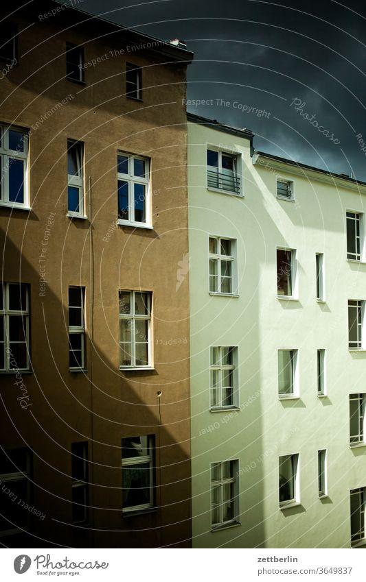 Fassade mit Sonne und Wolken altbau außen brandmauer fassade fenster haus himmel himmelblau hinterhaus hinterhof innenhof innenstadt mehrfamilienhaus