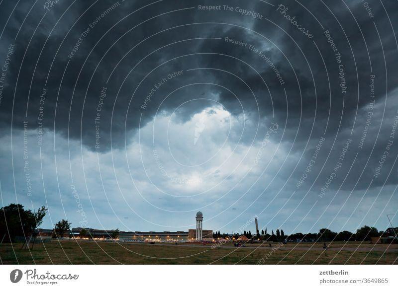 Tower und Hangars vom Flughafen Tempelhof berlin ferne flugbahn flughafen flugplatz freiheit frühling himmel horizont menschenleer rollbahn skyline sommer