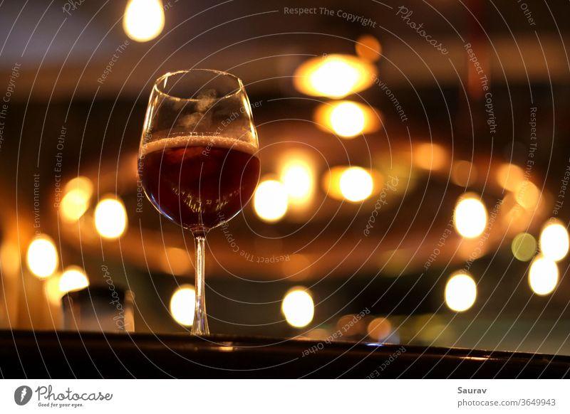 Ein mit Rotwein gefüllter Kelch mit Daumenabdrücken darauf. Essen und Trinken trinken Alkohol Küche Lifestyle Glas Weinglas Sangria Bar im Innenbereich