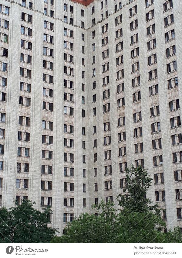 Wohnheim der Staatlichen Universität Moskau. Hoher Wohnblock mit grauen Wänden und Fenstern. Wohnwohnungen mit architektonischem Hintergrund. Unterkunft