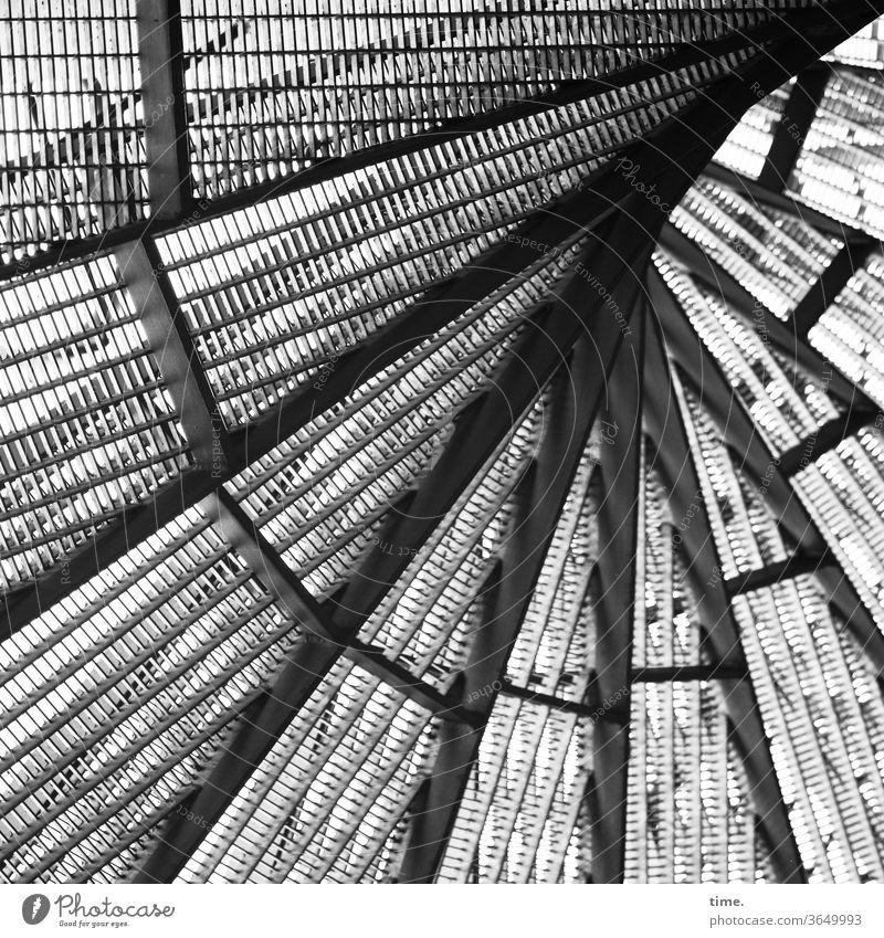 Feuertreppe wendeltreppe freitreppe sonnig schatten linien metall skurril gesichert inspiration grau urban komplex sicherheit treppenstufen trittsicher rundlauf