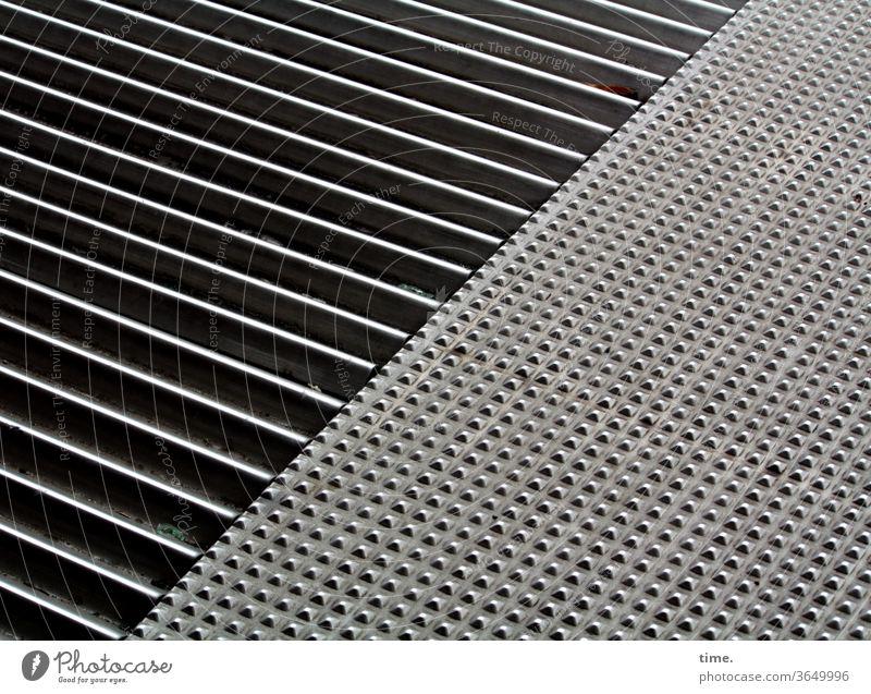 Metallika I metall oberfläche gitter noppen bodenbelag eisen stahl sonnig sonnenlicht schatten untergund sicherheit trittfest linien punkte muster struktur