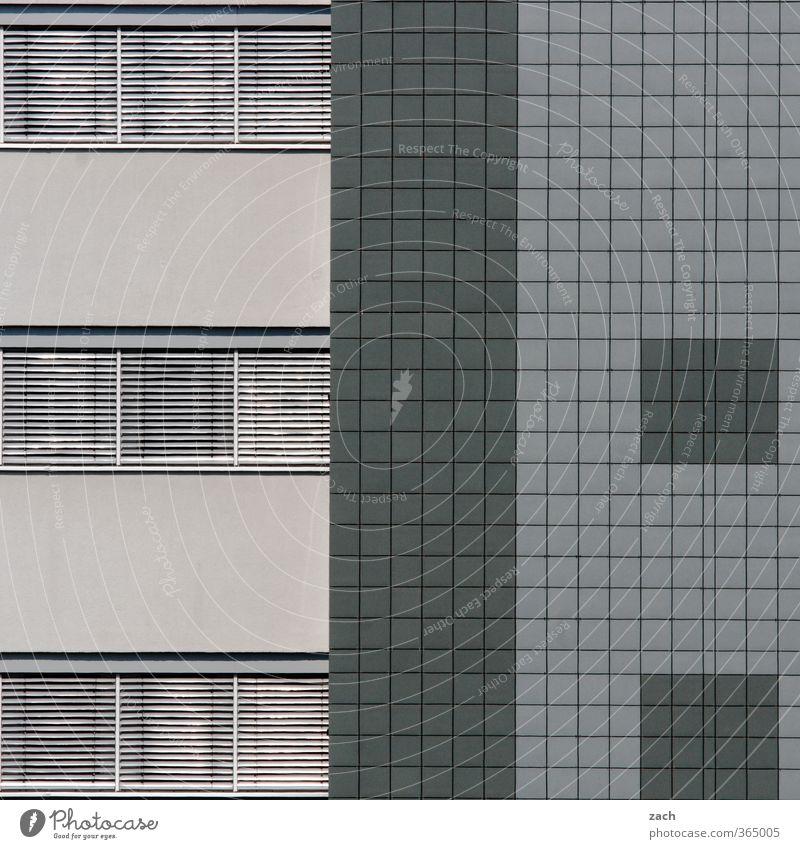 knallgrau Haus Stadt Industrieanlage Gebäude Architektur Mauer Wand Fassade Fenster Beton Linie Häusliches Leben eckig modern Langeweile Symmetrie Plattenbau