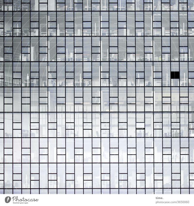 closed shop and an open window büroräume glasfassade architektur wand gebäude geschlossen skurril gesichert inspiration fenster parallel grau urban komplex