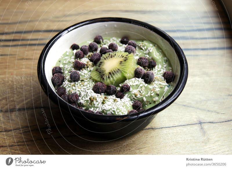 matcha bowl schüssel schale kiwi blaubeeren heidelbeeren obst früchte banane protein joghurt kokos kokosraspeln smoothie frisch grün gesund lecker superfood